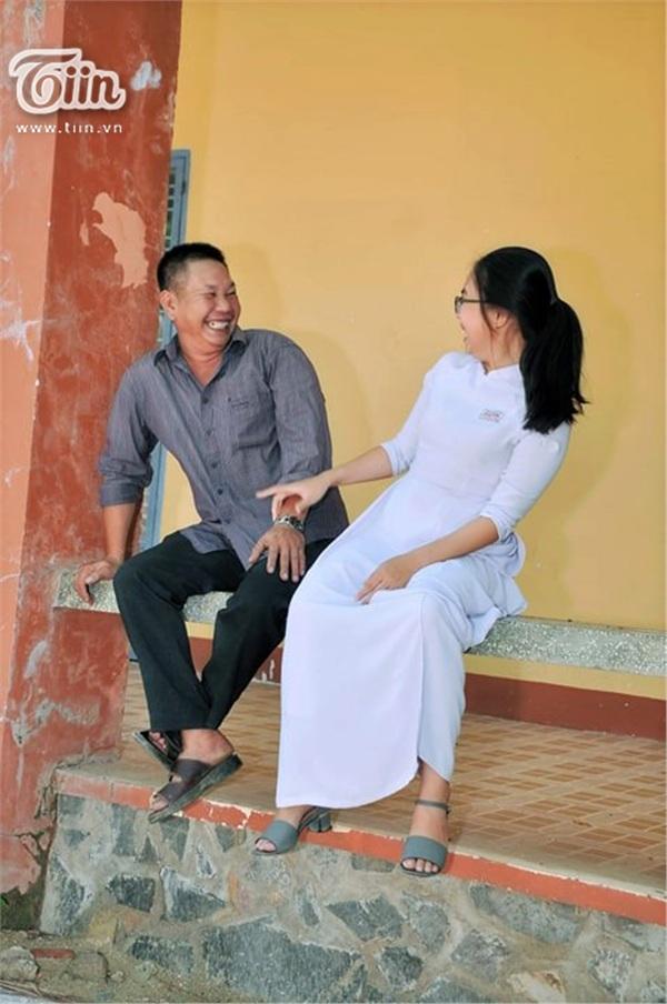 Hai cha con luôn nở nụ cười rạng rỡ, trò chuyện vui vẻtrong ngày lễ bế giảng.