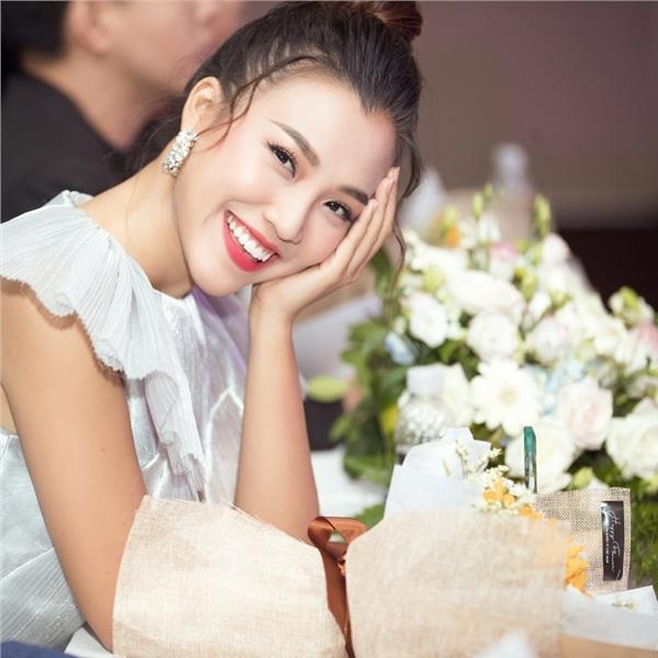 Hoàng Oanh xúc động nhớ lại kỷ niệm thời áo trắng khi về trường cũ chấm thi 5