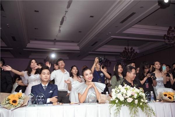 Hoàng Oanh xúc động nhớ lại kỷ niệm thời áo trắng khi về trường cũ chấm thi 3