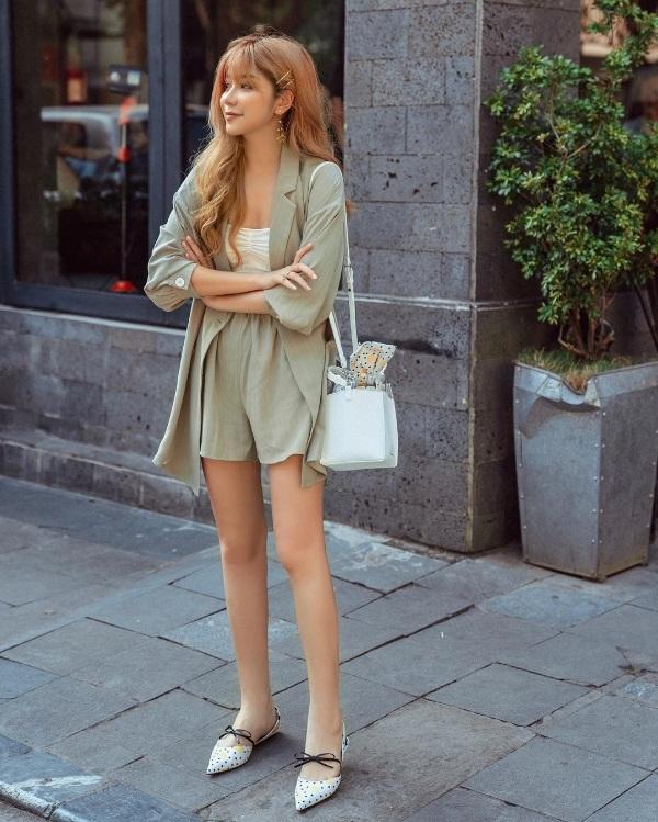 An Japan hóa thân thành quý cô hiện đại, thanh lịch với set đồ có tông màu nền nã làm chủ đạo. Chiếc túi xách trong suốt và đôi giày thắt nơ là cặp phụ kiện có vai trò rất lớn trong việc tạo nét thu hút cho tổng thể trang phục của cô nàng.