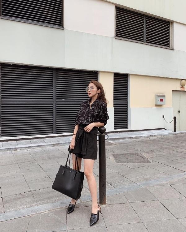 Không màu mè, chỉ đơn giản với set đồ theo style all black cá tính, Linh Kiu cũng đã đủ nổi bật và thu hút ánh nhìn. Ghép đôi sơ mi cùng chân váy, cô nàng nâng tầm cho set đồ bằng loạt phụ kiện tiệp màu đen như túi xách, giày hở gót.
