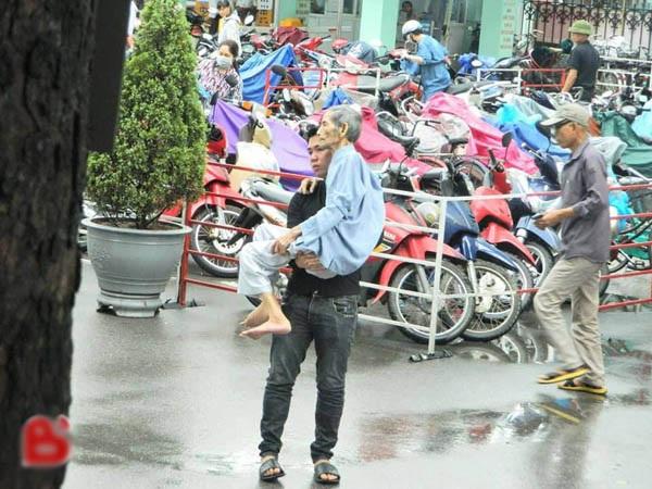 Bức ảnh ghi lại khoảnh khắc chàng thanh niên bế người cha già tới bệnh viện khám bệnh khiến nhiều người xúc động.