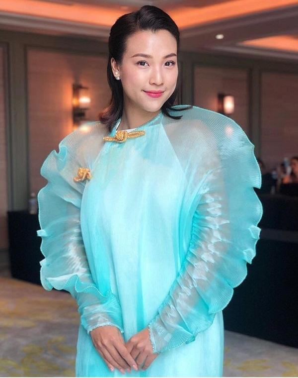 Bộ váy khó hiểu của Hoàng Oanh