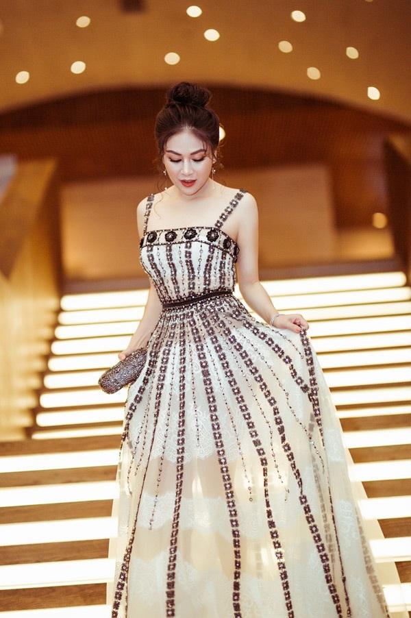 Kết hợp cùng kiểu tóc búi cao gọn gàng, đơn giản, nhưng lại phô bày trọn vẹn đường nét thanh tú trên gương mặt, Hoa hậu áo dài Việt Nam 2019 cứ khiến người đối diện khó lòng rời mắt.
