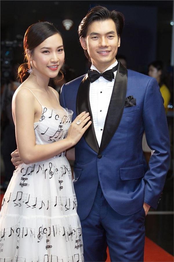 Hoàng Oanh và Nhan Phúc Vinh trong buổi ra mắt phim tại Hà Nội.