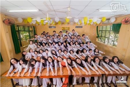 Tập thể lớp 12D2(THPT Nguyễn Huệ, TP.Hồ Chí Minh).