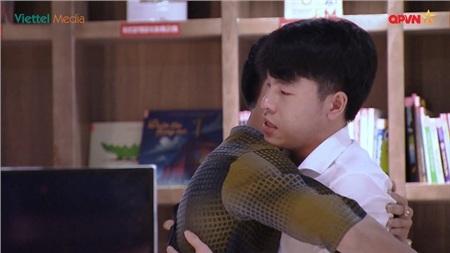 Hai chàng trai trao nhau cái hôn ấm áp