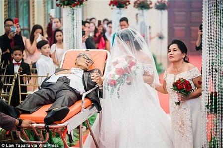 Người cha sắp qua đời nằm trên cáng dắt tay con gái vào lễ đường: 'Con hạnh phúc vì giây phút ấy có bố ở bên!' 1