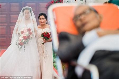 Người cha sắp qua đời nằm trên cáng dắt tay con gái vào lễ đường: 'Con hạnh phúc vì giây phút ấy có bố ở bên!' 2