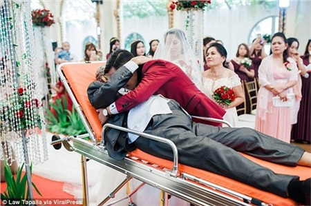 Người cha sắp qua đời nằm trên cáng dắt tay con gái vào lễ đường: 'Con hạnh phúc vì giây phút ấy có bố ở bên!' 3