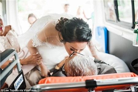 Người cha sắp qua đời nằm trên cáng dắt tay con gái vào lễ đường: 'Con hạnh phúc vì giây phút ấy có bố ở bên!' 5