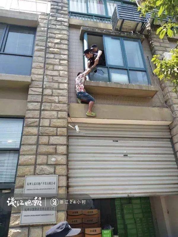 Nam thanh niên định nhảy lầu tự tử từ tầng 2.