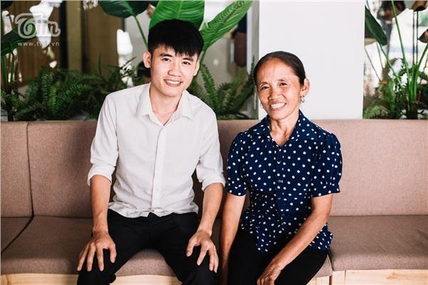 Với sự giúp sức của cậu con trai, bà lão nông dân đã trở thành ngôi sao mạng xã hội