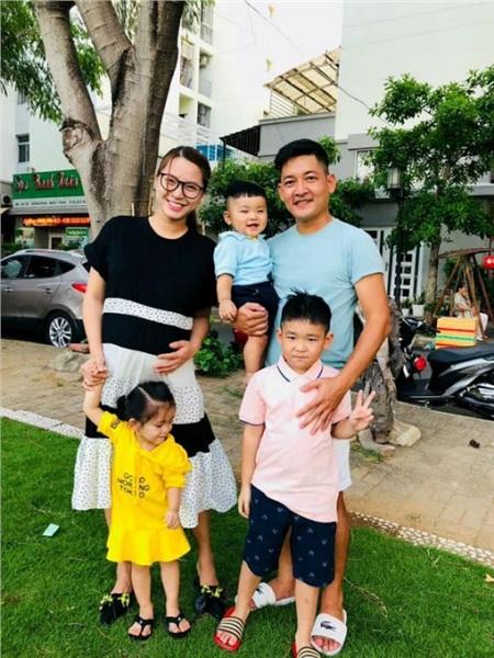 Nữ ca sĩ và chồng cùng các con khi đang mang bầu bé thứ ba