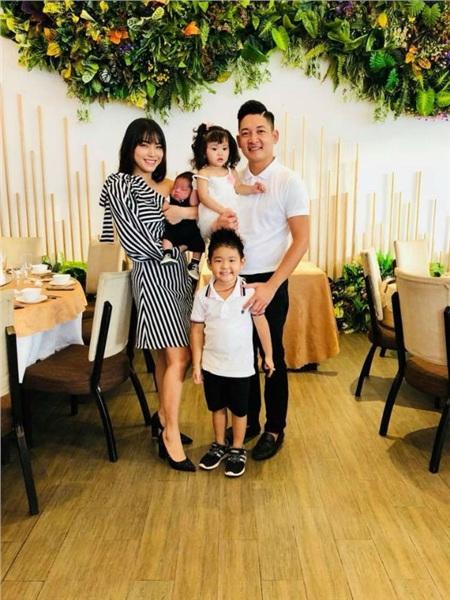 Vợ sinh con thứ ba vừa đầy tháng, chồng Hải Băng sắm ngay một chiếc xế hộp mới 7 chỗ 0