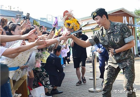 Kim Soo Hyun rạng rỡ vẫy chào fan