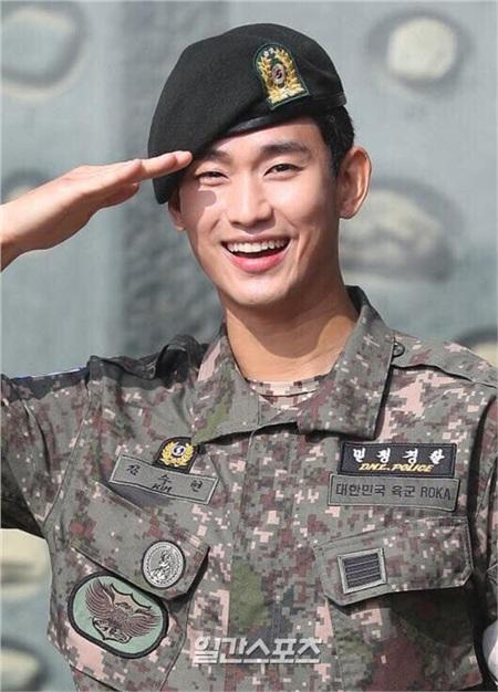 Vẻ mặt rạng rỡ của Kim Soo Hyun ngày xuất ngũ