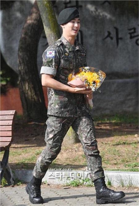 Mỹ nam 'Vì sao đưa anh tới' Kim Soo Hyun rạng rỡ trong ngày xuất ngũ 2