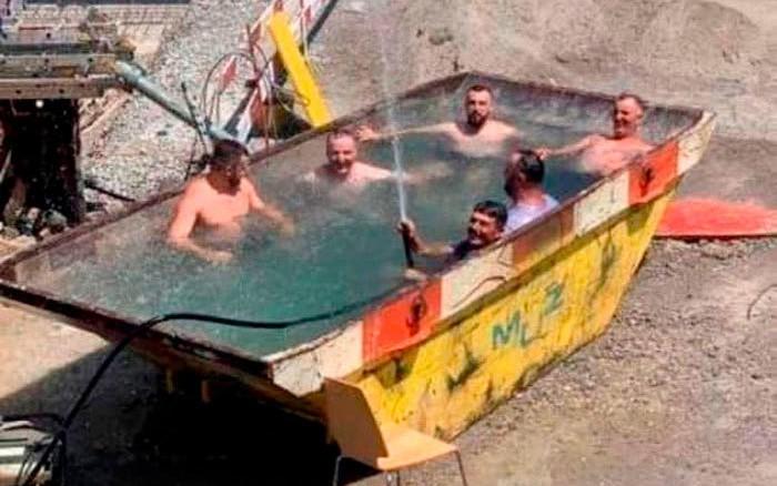 Công nhân xây dựng tại Thụy Sỹ 'quay về tuổi thơ' ngâm mình trong bồn nước sau giờ làm việc vì quá nóng