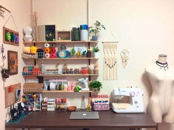 Gian phòng nhỏ của Thanh Trúc cũng được trang trí bằng những món đồ tự tay cô làm