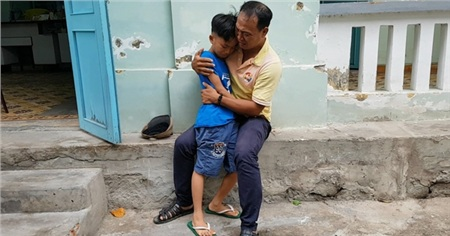 Khoảnh khắc người cha nghèo hạnh phúc ôm chầm lấy con trai sau 4 tháng lạc nhau khiến nhiều người xúc động.