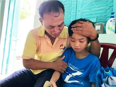 Xúc động khoảnh khắc người cha nghèo như 'hồi sinh' khi tìm được con trai thất lạc sau 4 tháng 1