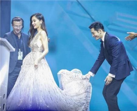 Huỳnh Hiểu Minh nâng váy giúp vợ.