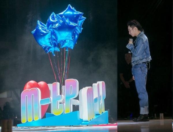 Sơn Tùng M-TP đón sinh nhật tuổi 23 cùng fan.