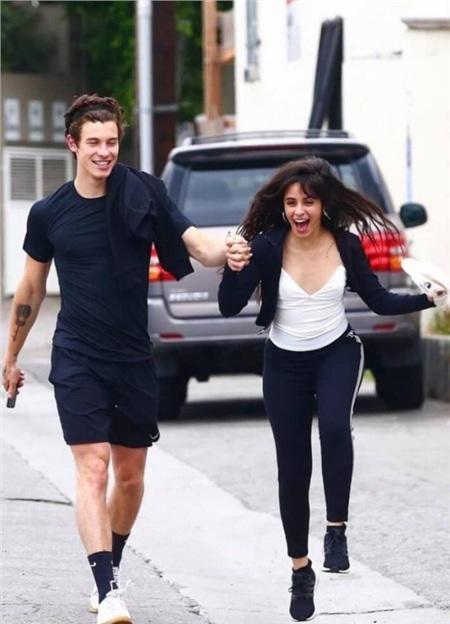 Shawn Mendes và CamilaCabello vui vẻ dạo phố cùng nhau