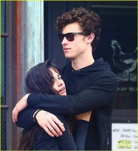 Khẳng định 'chỉ là bạn' nhưng Shawn Mendes và Camila Cabello lại liên tục nắm tay, ôm ấp giữa chốn đông người 2