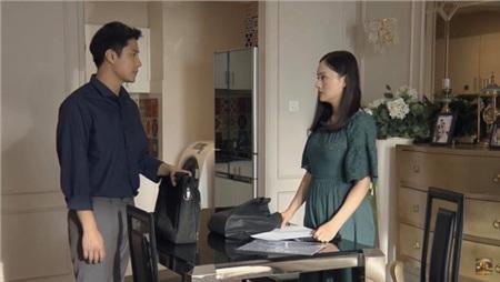 Phong đưa đồ cho Yến rồi lạnh lùng 'cuốn gói' về nhà.