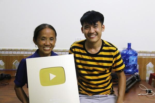 Bà Tân Vlog và con trai hào hứng khoe nút vàng Youtube.