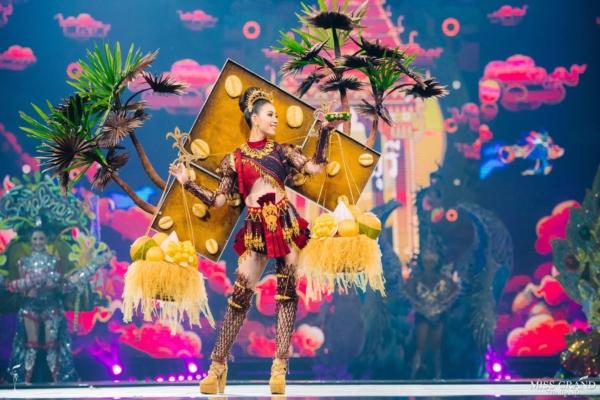 Bộ trang phục lấy ý tưởng từ những điều thân thuộc nhất của Thái Lan là cây trái quanh năm