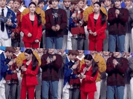Đang mải mê vẫy tay chào người hâm mộ, MC đứng bên cạnh chuyền cúp qua tay khiến Chungha hoảng hốt trừng mắt to hết cỡ.