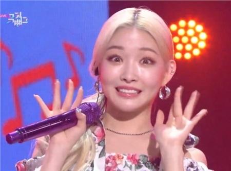 Chỉ một giây máy quay lia qua mà chưa kịp chuẩn bị kiểu 'cười hoa hậu', Chungha đã tự biến mình thành 'meme' đầy muối cho fan.
