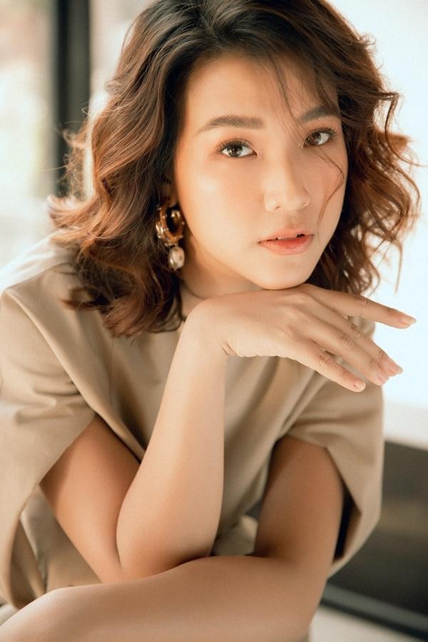 Hoàng Oanh nổi tiếng là cô nàng sâu sắc và có những chia sẻ bổ ích cho mọi người về cuộc sống