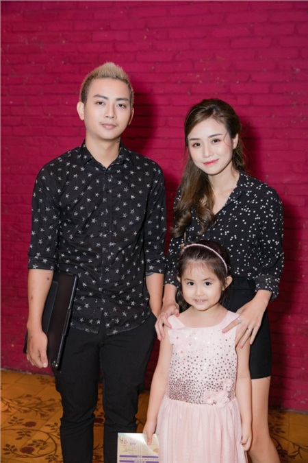 Hoài Lâm và bạn gái đến tham dự buổi họp báo