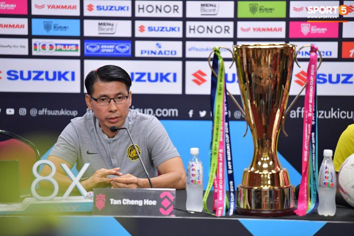 HLV Tan Cheng Hoe từng đối đầu với HLV Park Hang-seo ở chung kết AFF Cup 2018. Ảnh: Tiến Tuấn.