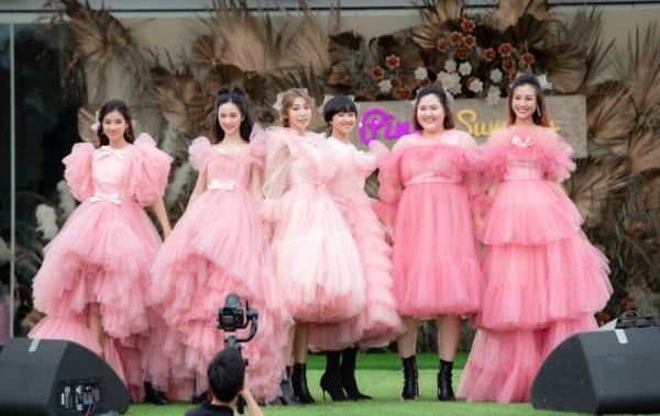 Diện đồ đồng điệu, ngọt ngào, 6 cô gái tự tin nắm tay nhau mở màn show diễn trong sự cổ vũ nhiệt tình của nhiều khán giả.
