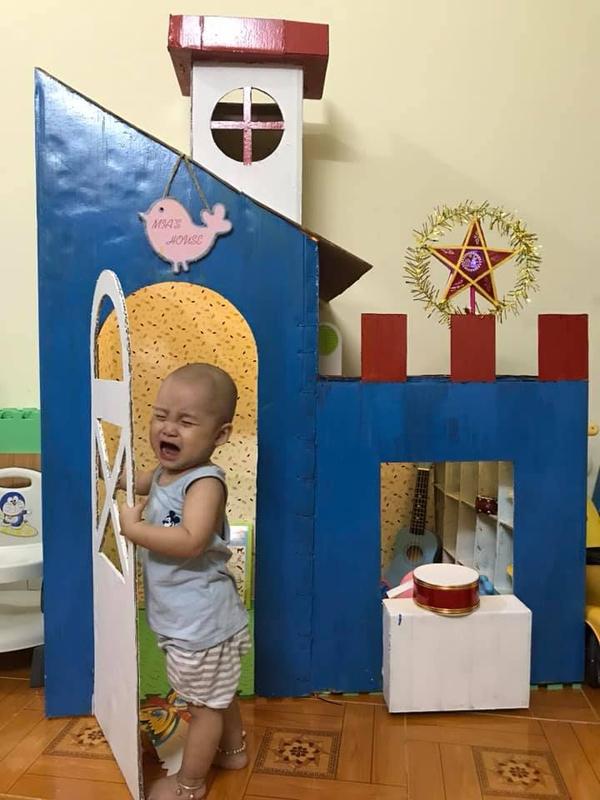 Căn nhà làm từ bìa các tông tặng con trai. (Ảnh: Nhím)