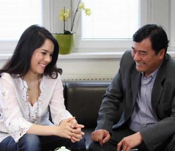 Ngoài đời Kiều Thanh và diễn viên Mạnh Cường gọi nhau là chú cháu nhưng vào phim, hai ngườilại thành đôi tình nhân.