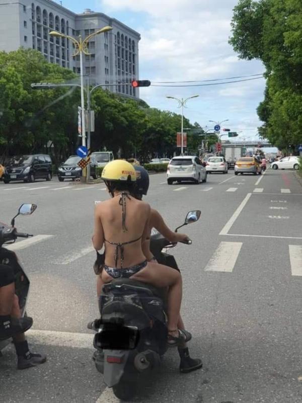 Bức ảnh 2 cô gái trẻ mặc bikini 2 mảnh đi xe máy trên đường đang khiến dân mạng xôn xao bàn tán.