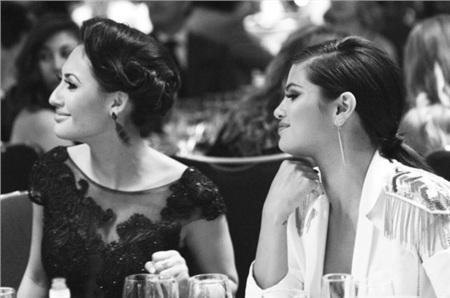 Francia Raisa đã không nói chuyện với Selena Gomez trong 9 tháng trời. Thể trạng cô cũng yếu hẳn đi.