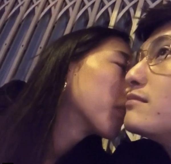 Huỳnh Anh và bạn gái Việt kiều tình tứ bên nhau