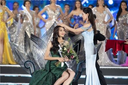Lương Thuỳ Linh khoảnh khắc đăng quang.
