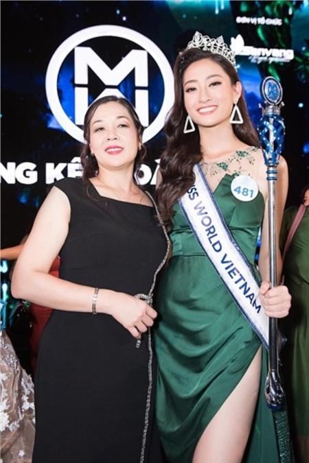 Cô Nguyễn Thị Hương - mẹ Tân Hoa hậu Thế giới Việt Nam 2019 chụp hình cùng con gái.