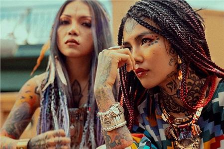Triệu Bo - Phạm Mai được xem là đôi chị em thân thiết. Riêng Phạm Mai đã xăm kín người, kể cả những vị trí mạo hiểm nhất, như cổ, hai nách và đầu.