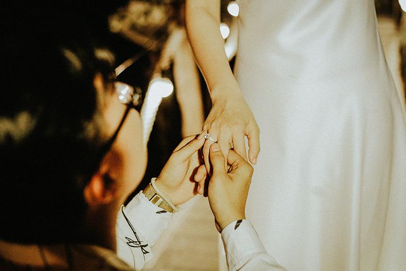 Một chiếc nhẫn kim cương cầu hôn...