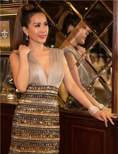 Hoa hậu Thu Hoài diện đầm đắt đỏ, gợi cảm đến chúc mừng sinh nhật ca sĩ Quang Dũng 1