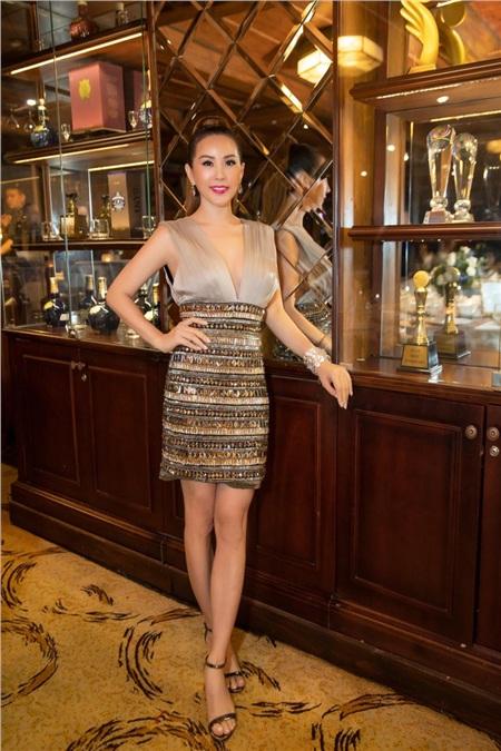Hoa hậu Thu Hoài diện đầm đắt đỏ, gợi cảm đến chúc mừng sinh nhật ca sĩ Quang Dũng 2